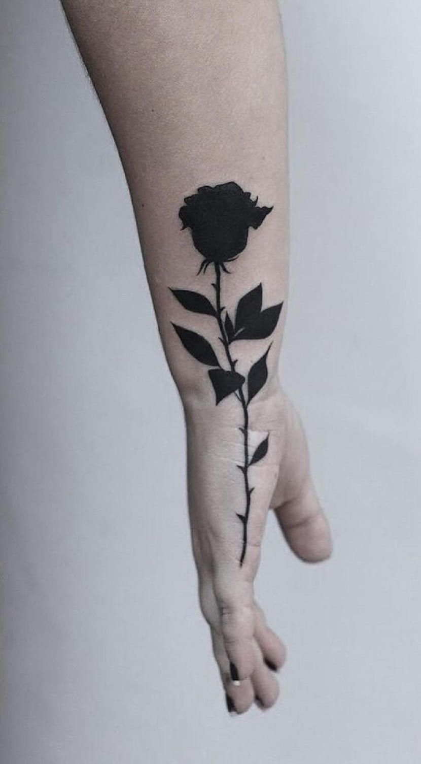 Tatuajes de rosas negras: significado y recopilación de diseños