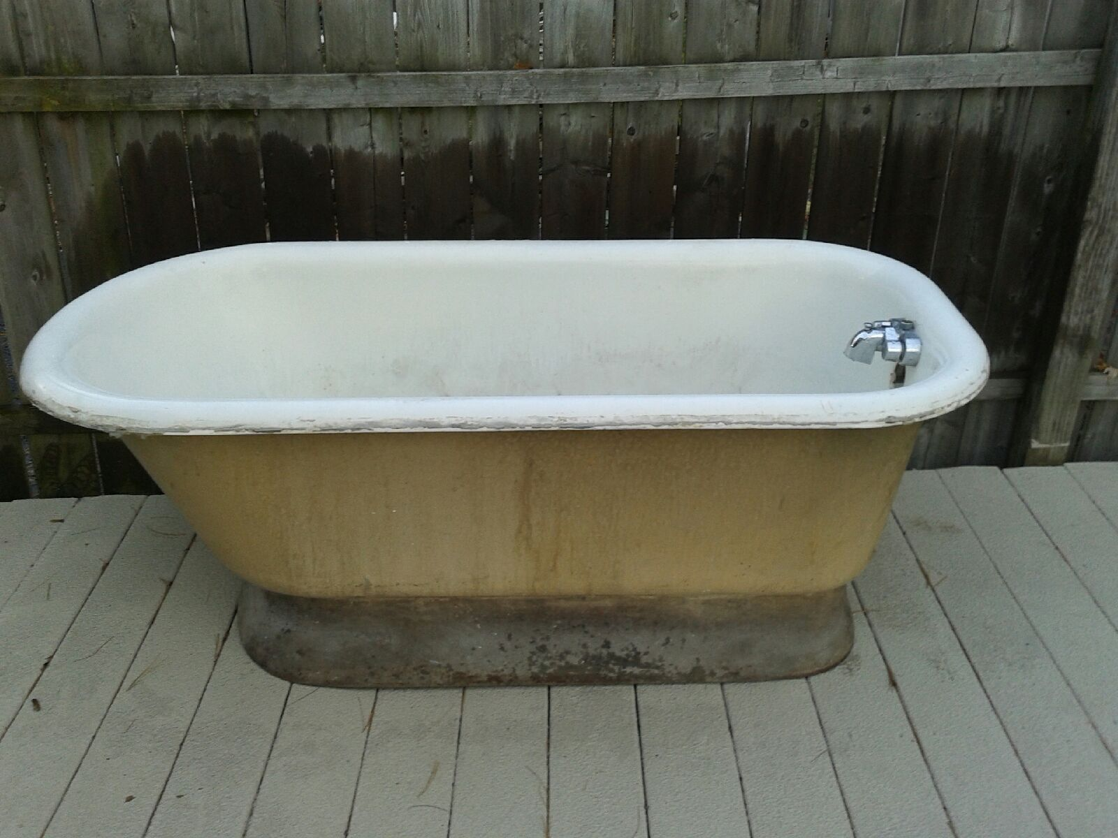 Lovely Cleveland Ohio Vintage Pedestal Bathtub For Sale 3.
