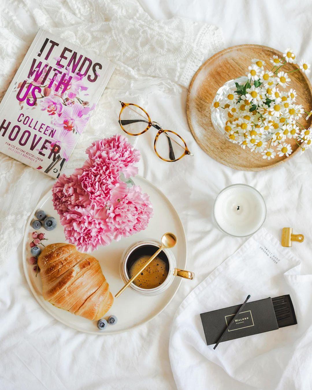 bf8b6a9df3551 Beata • Home & Travel в Instagram: «Dzień dobry 🙂 ______ Czy są tu jacyś  fani Colleen Hoover? Wiem, że już dawno był szał…   Интерьер вдохновение in  2019