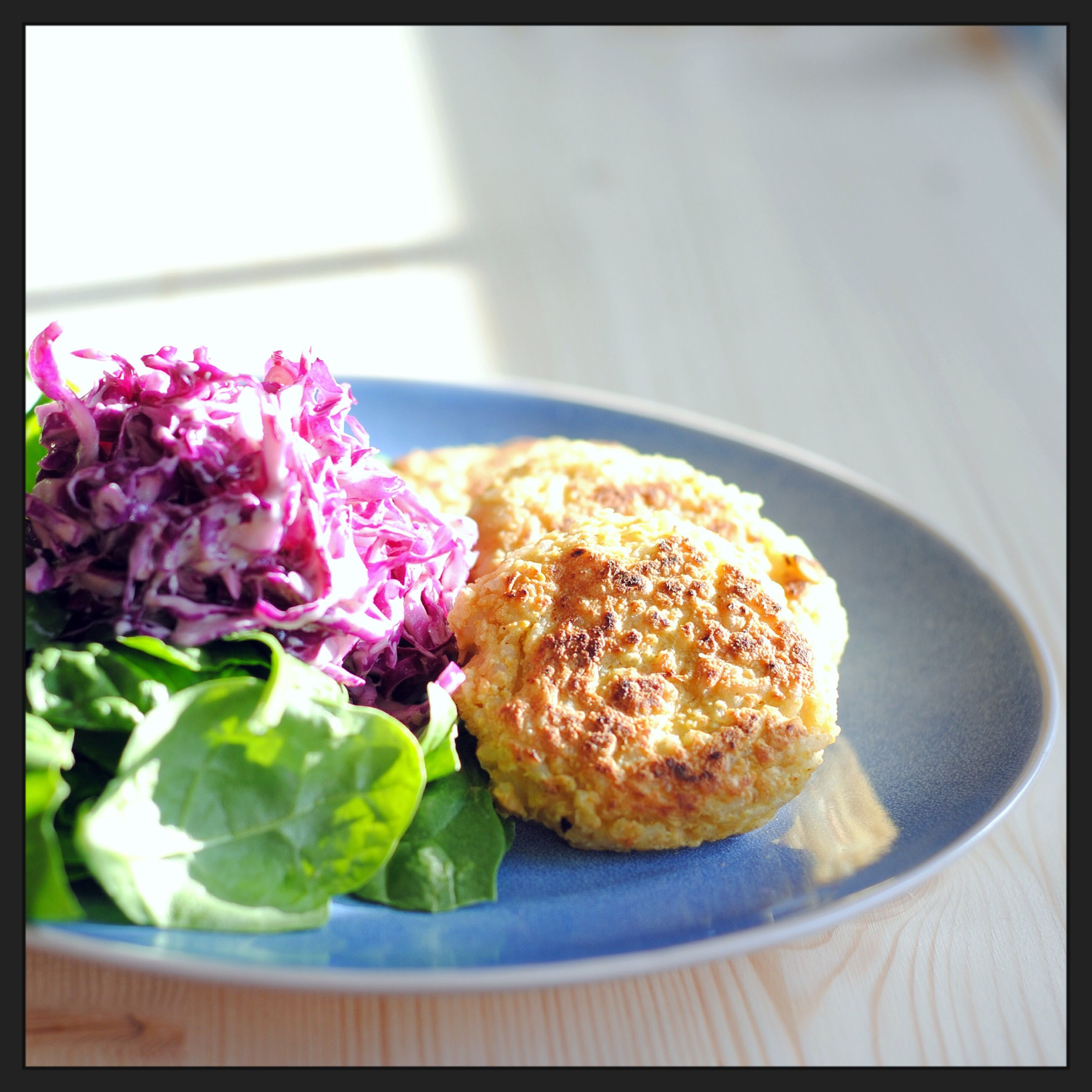 Bolinhos de grão e caril + salada de couve roxa e espinafres