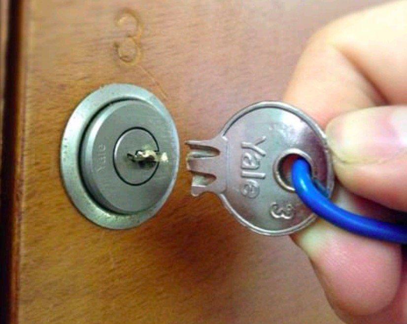 l 39 astuce pour sortir une clef cass e coinc e dans la serrure astuces manualidades labores. Black Bedroom Furniture Sets. Home Design Ideas