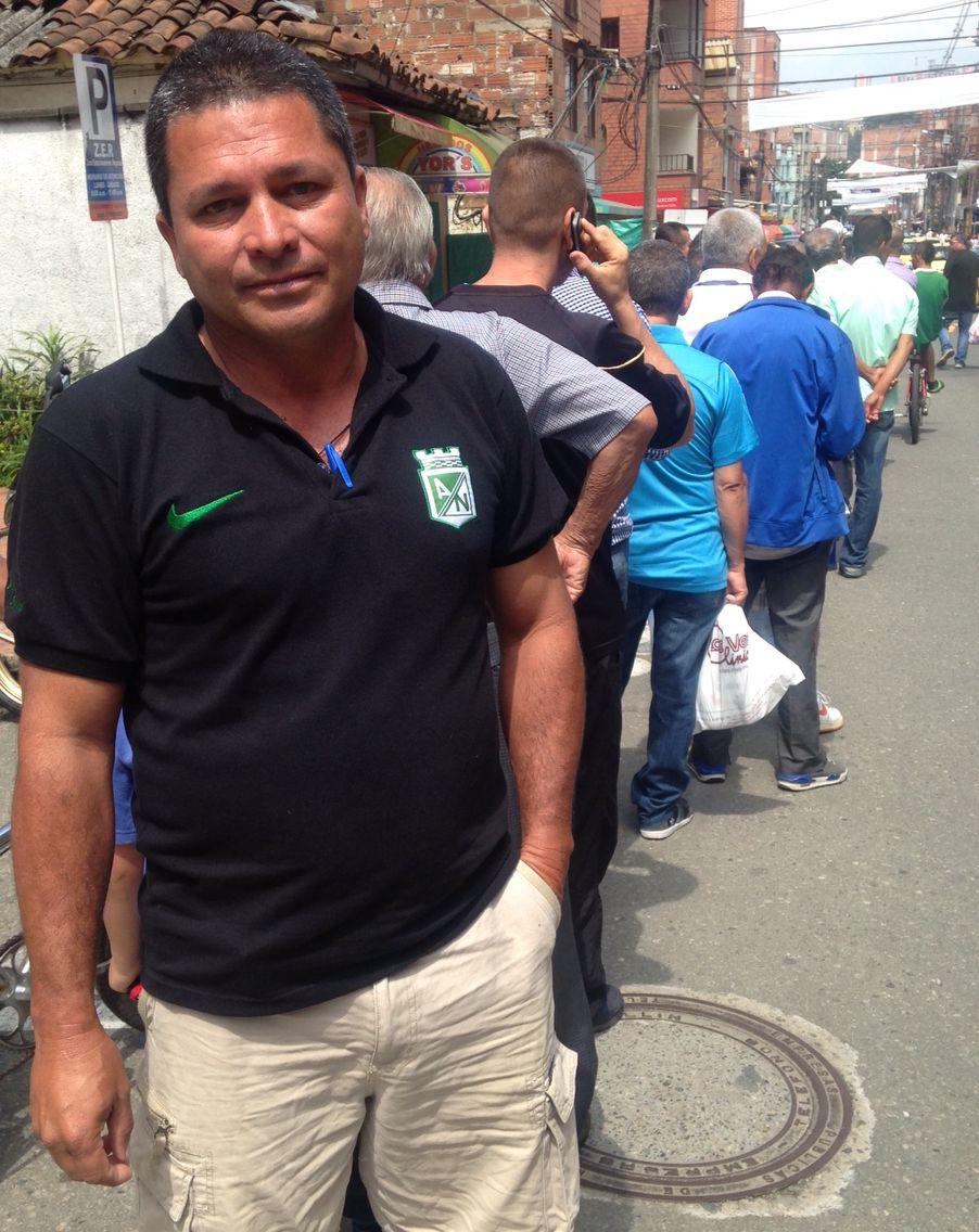 Henry Lotero ciudadano de Sabaneta hace una fila de 3 cuadras para votar en el colegio Jose Felix de Restrepo