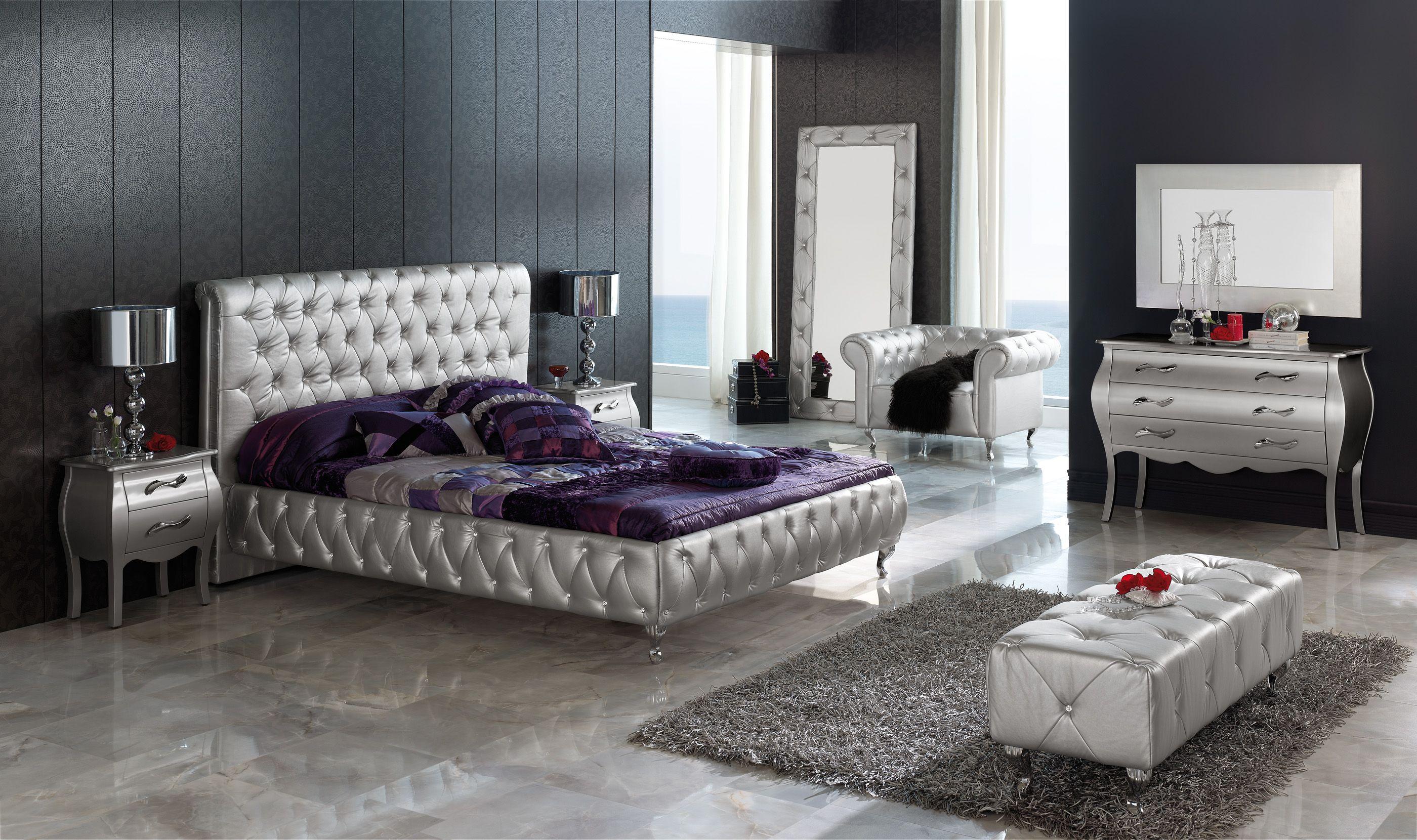 Cama tapizada en polipiel Plata con un marcado estilo clásico que le ...