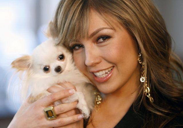 Famosos: Thalia (o María la del Barrio?) con su hermosa mascota.