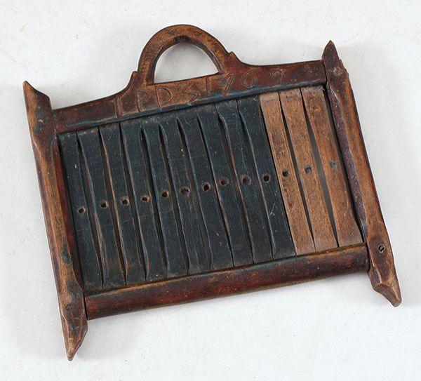 Liten dekorert båndvev med eierinitialer og dat. 1769, L:12,5 cm. Tre sekundære deler og liten skade. Prisantydning: ( 800 - 1200) Solgt for: 500