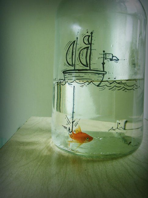I love this little vignette with the fish in a bottle. ...so close to that hook!  www.cirobicudo.com via Chapéu