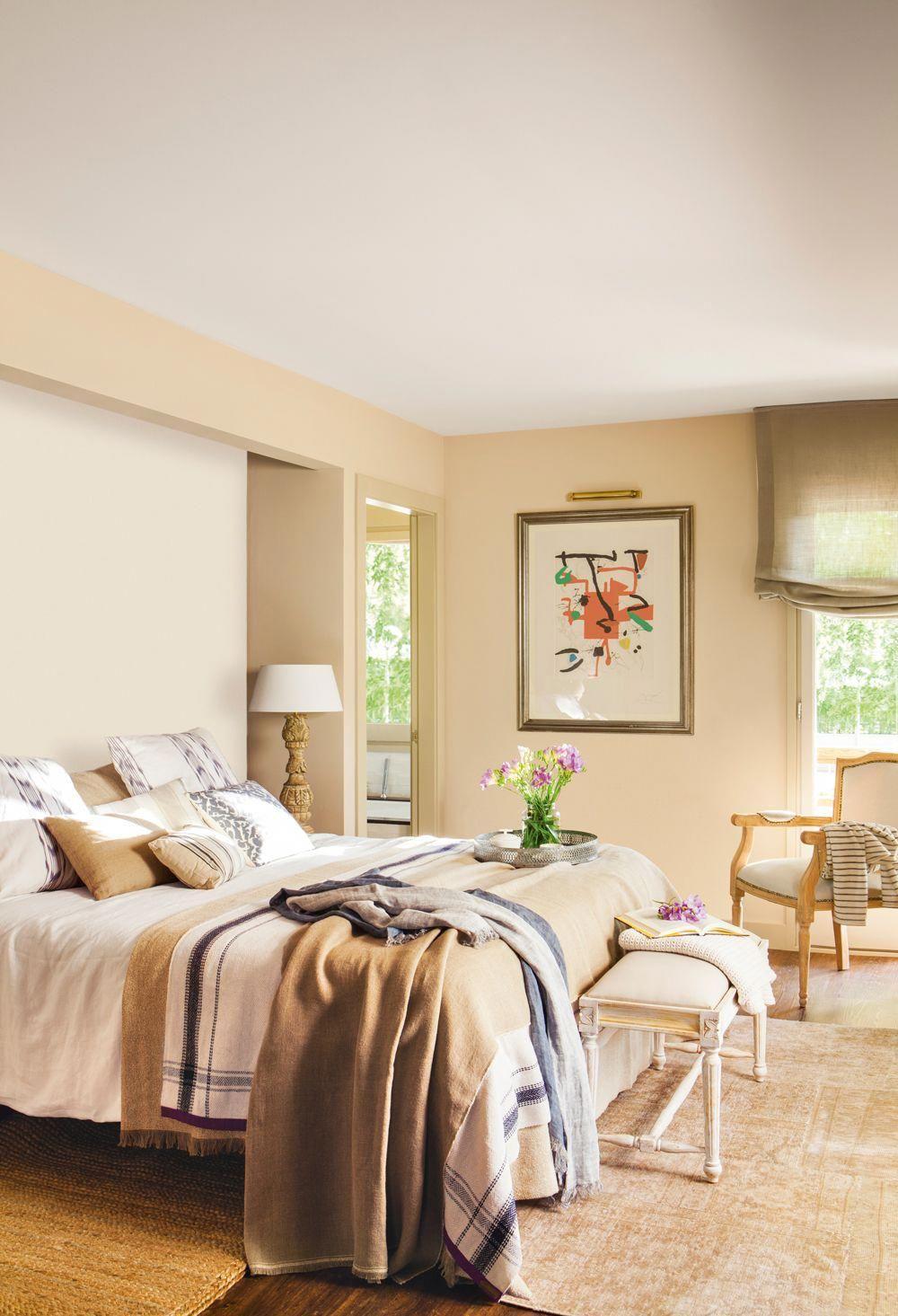 00408964 Dormitorio Con Paredes Pintadas De Distintos Tonos Beige Cuadro Y Ropa De Cama En Tos Colores Para Dormitorio Dormitorios Remodelacion De Dormitorio