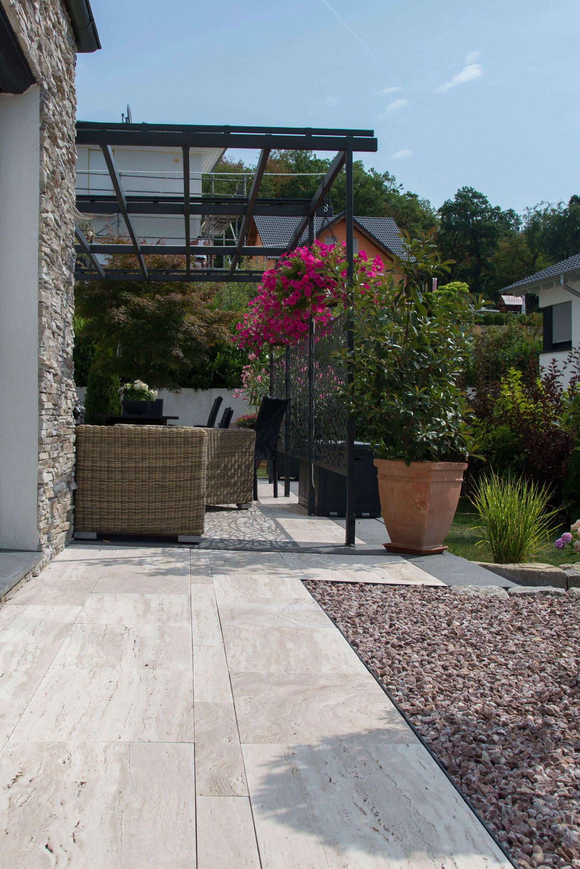 modern trifft mediterran eine terrasse um den sommer zu genie en terrassenplatten aus. Black Bedroom Furniture Sets. Home Design Ideas
