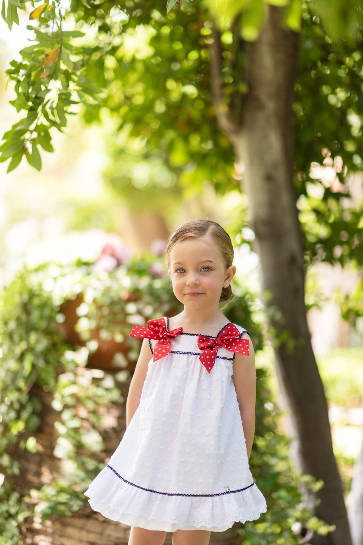 Vestido de algodón para niña evasé a topitos blancos con bajo volante  bordado y adornado con 7ff6accaf9f