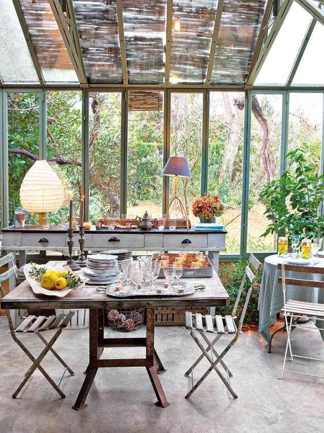 le look rustique de cette salle manger est en parfaite harmonie avec la v randa industrielle. Black Bedroom Furniture Sets. Home Design Ideas