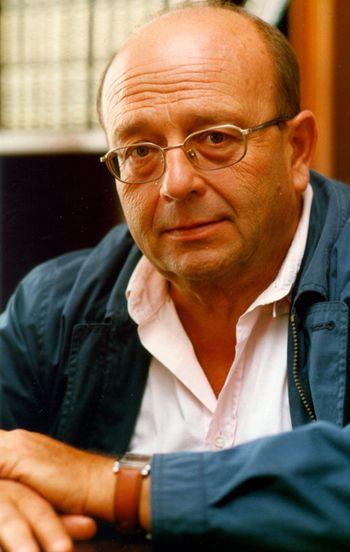 (Tildes)Manuel Vazquez Montalban nacio en junio de 1939 y murio en 2003. Destaca por haber sido novelista , poeta , periodista,ensayista,antologo ,prologuista,humorista,gastronomo y critico