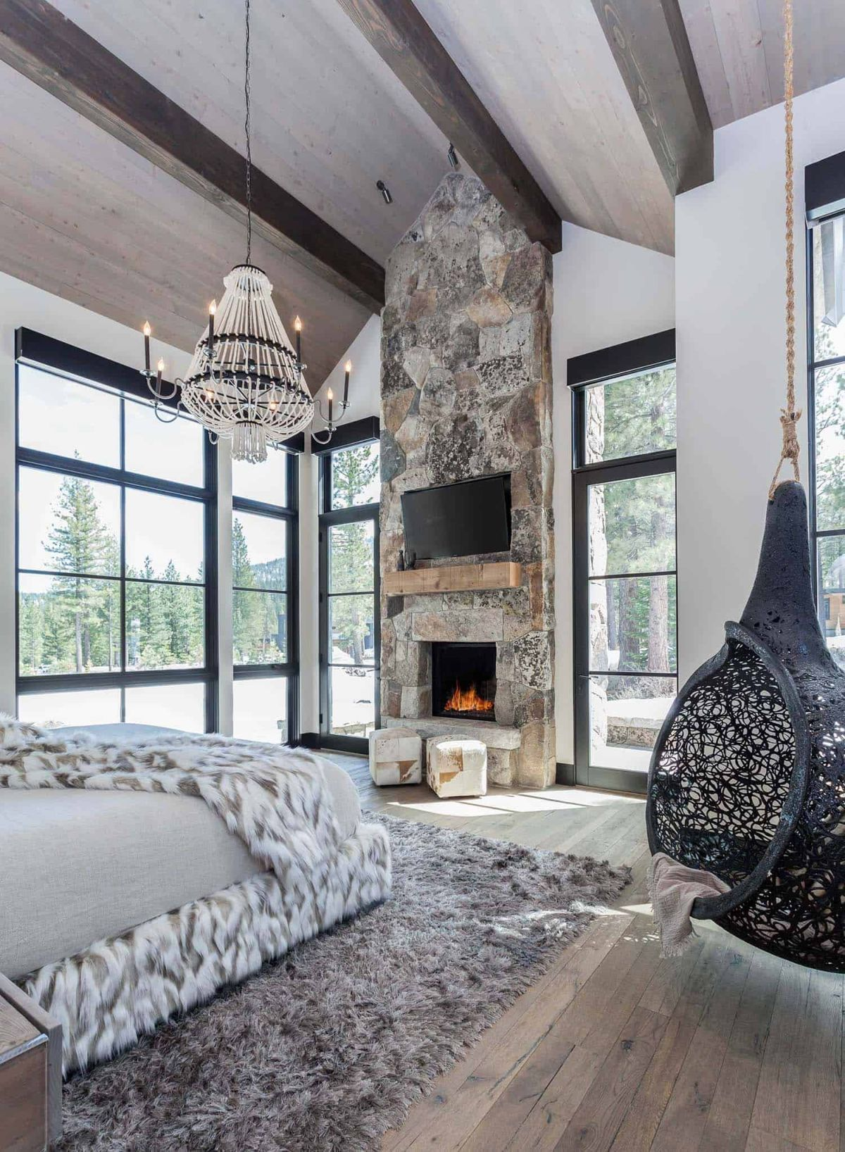 Cozy Mountain Retreat Welcomes Nature Inside Its C