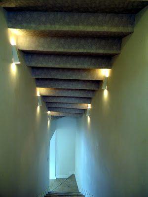 Entrada do lounge da Carreira Solo com escadas no piso e no teto, revestido com papel de parede! #ProjetoCarreiraSolo