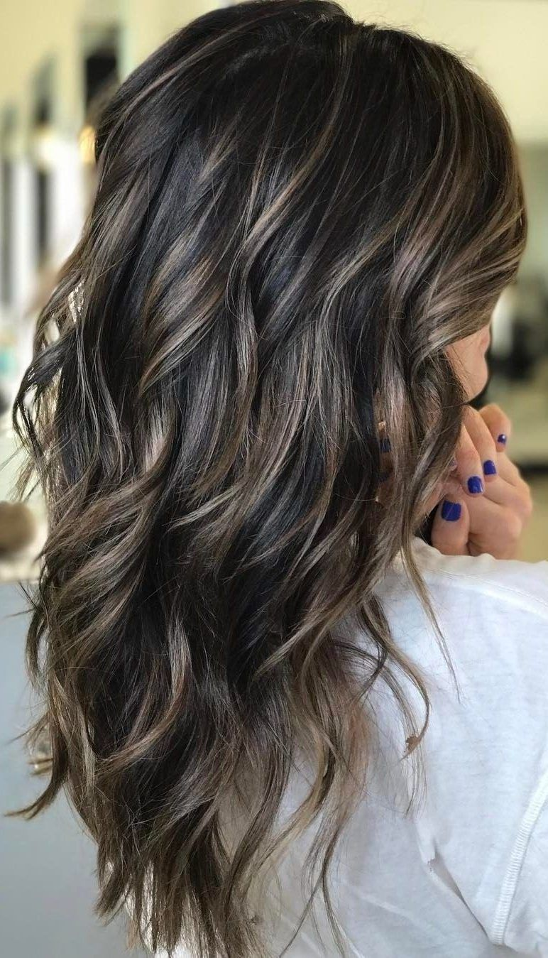 37 Hair Colour Trends 2019 For Dark Skin That Make You Look Younger Luces En Cabello Castano Cabello Castano Con Reflejos Iluminacion De Cabello