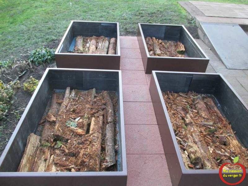 realiser potager en carre en permaculture avec une couche de bois des feuilles et du compost. Black Bedroom Furniture Sets. Home Design Ideas