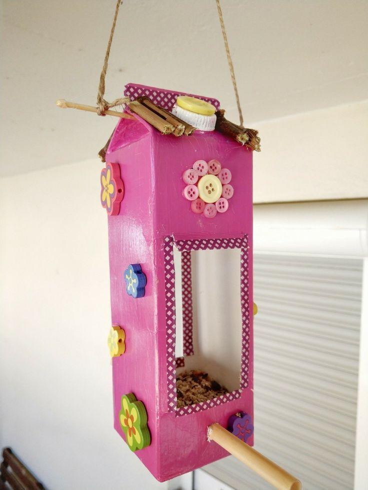 Faire une maison d'oiseau avec des cartons de lait – fabriquer soi-même une mangeoire pour les oiseaux avec des enfants – Little Love   – DIY Upcycling Ideen