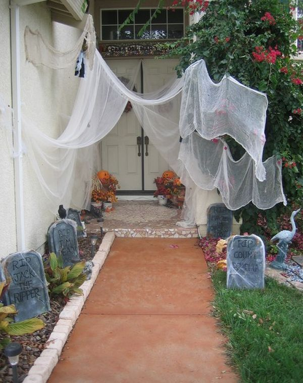 Halloween Party Decorations u0026 Ideas & Spooky Outdoor Halloween Decorations | Halloween front doors ...