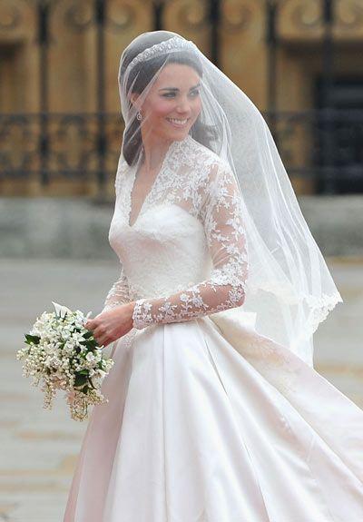 Memorable wedding dresses: long trains and veils | Veil, Wedding ...