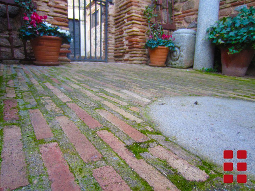 Jard n con piso de ladrillo dale tu estilo ladrillos for Pisos de jardines exteriores