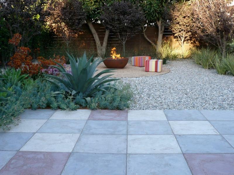 moderner garten gestalten - stilvolle sitzecke unter dem schatten, Gartenarbeit ideen