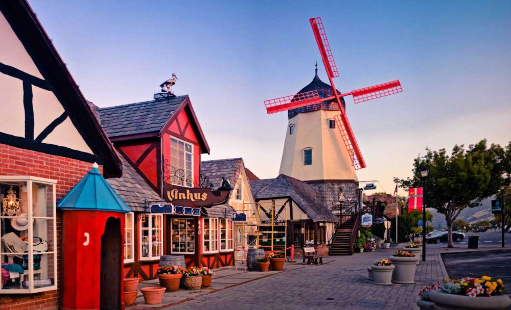 Christmas In Solvang California The California Town Of Solvang Shows Off Its Danish Roots With Its Scand Cheap Weekend Getaways Solvang Solvang California
