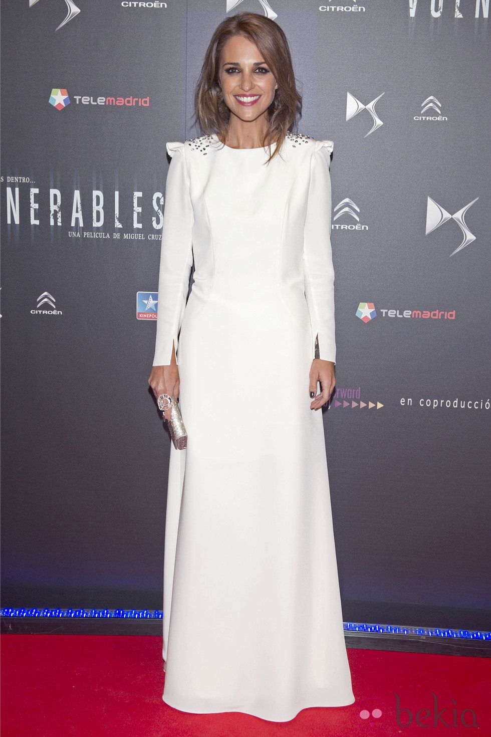 0e2b7ee84 Paula Echevarría con vestido blanco adornado con tachuelas en los hombros