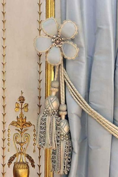 Detail, Cabinet of the Meridian Versailles, the private apartments - cortinas azules