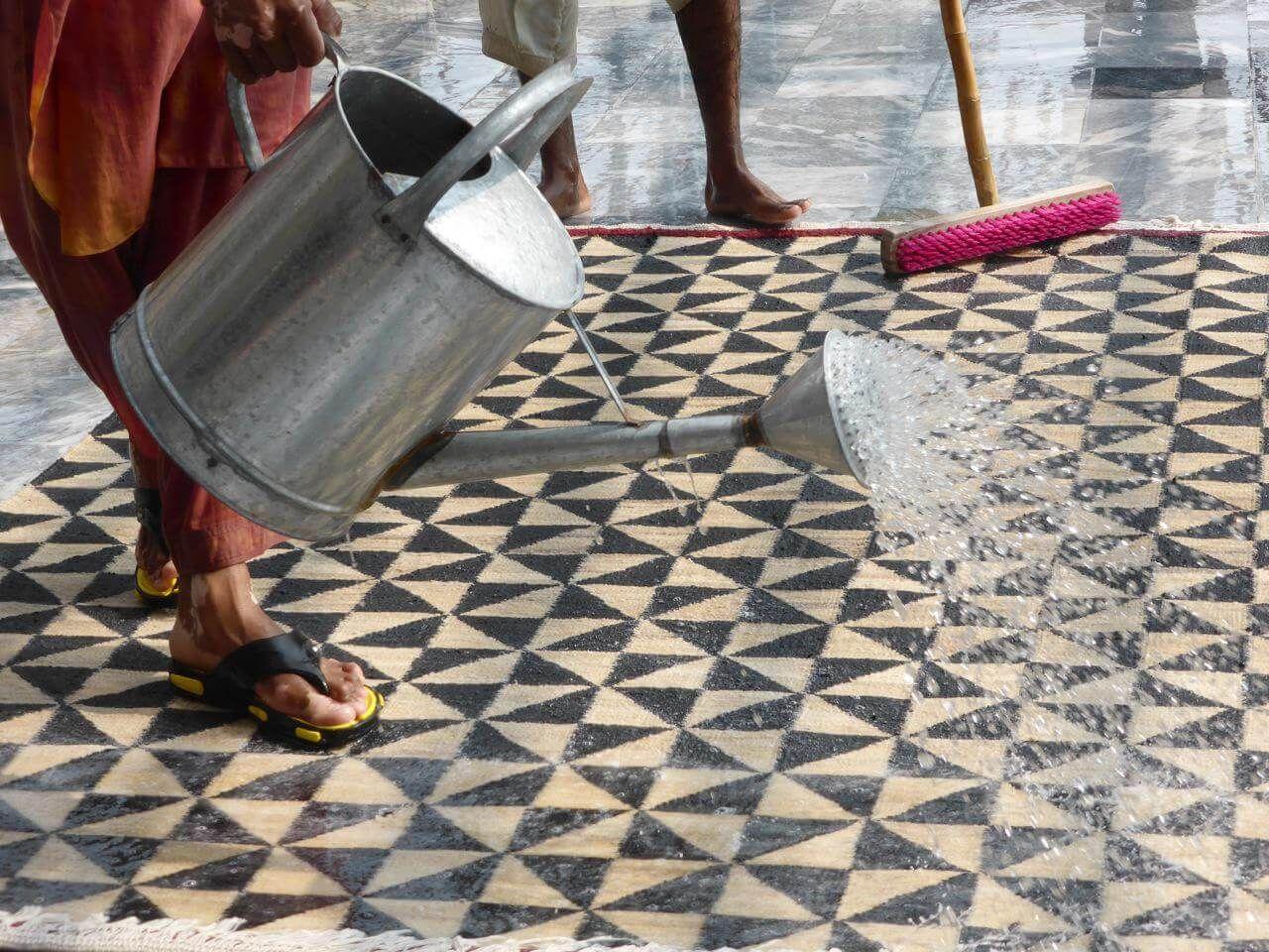 Als alle anderen noch für die Masse designten, ließ Nani Marquina bereits moderne Teppiche in Indien knüpfen – mit uralter Technik und viel Überzeugskraft.