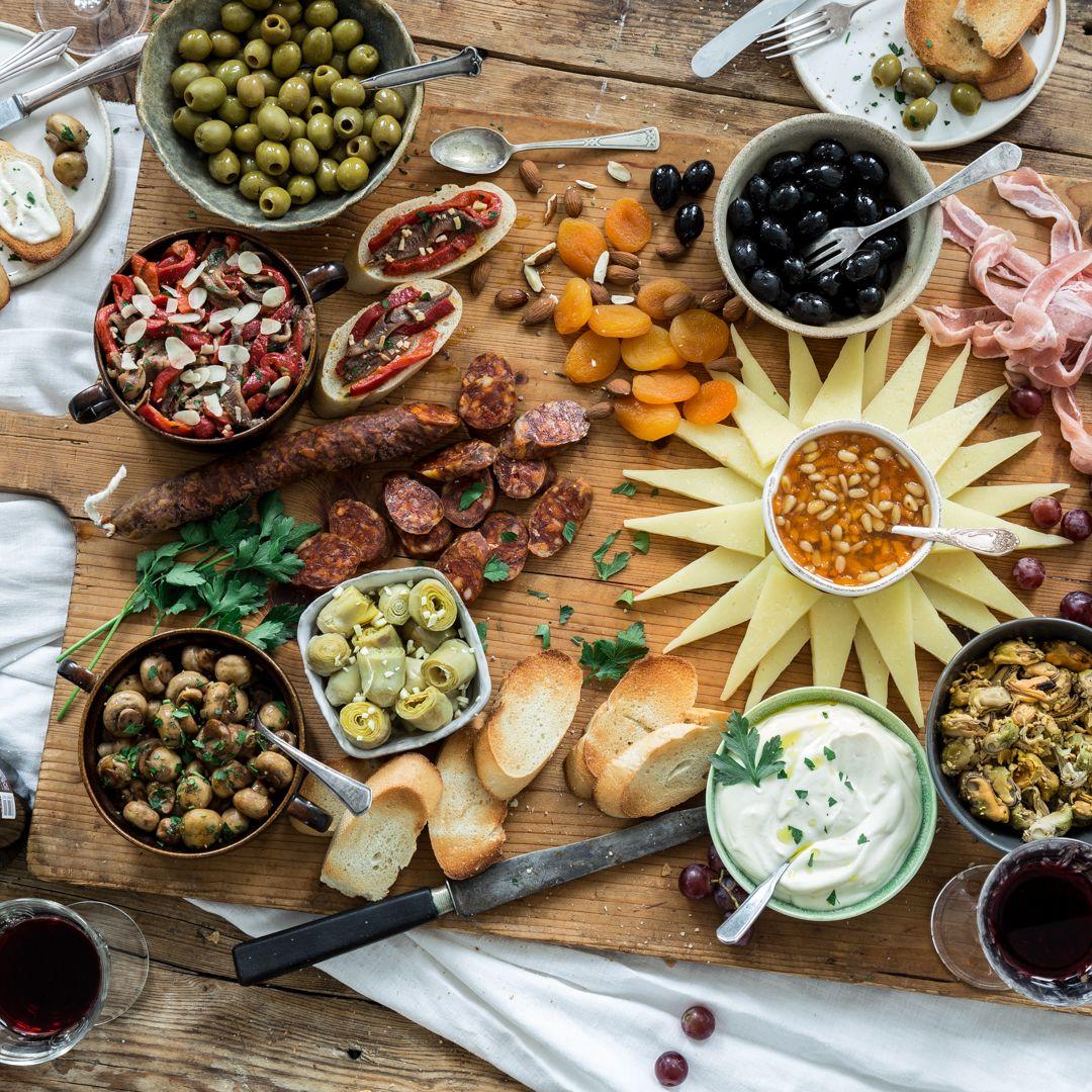 Auf Der Tapas Platte Prasentiert Sich Ganz Spanien In Happchen Form Mit Dabei Oliven Meeresfruchte Aioli Manchego Cho Spanische Tapas Tapas Rezepte Tapas