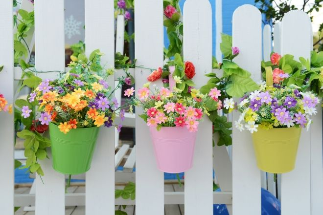 Jak Dbac O Rosliny W Balkonowych Skrzynkach Poradnik Wp Pl Hanging Flower Pots Fence Planters Unique Flower Pots