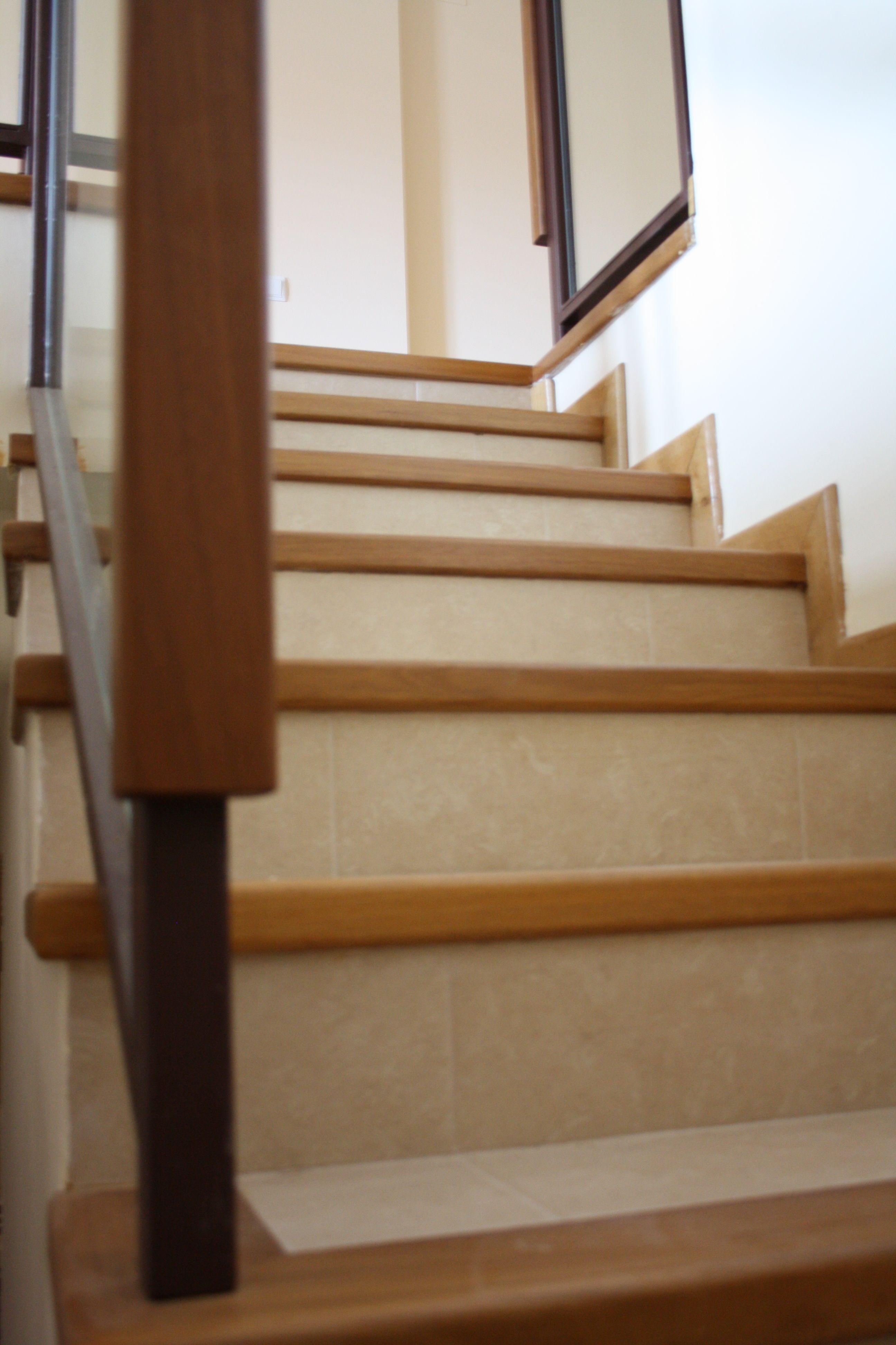 Mamperlanes de escalera madera maciza de iroko escaleras for Escalera madera decoracion