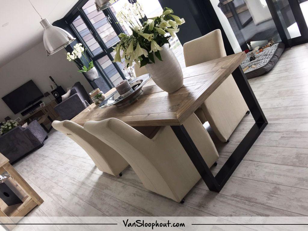 Een Sloophout Interieur : Mooi interieur geleverd aan een klant. steigerhouten tafel met
