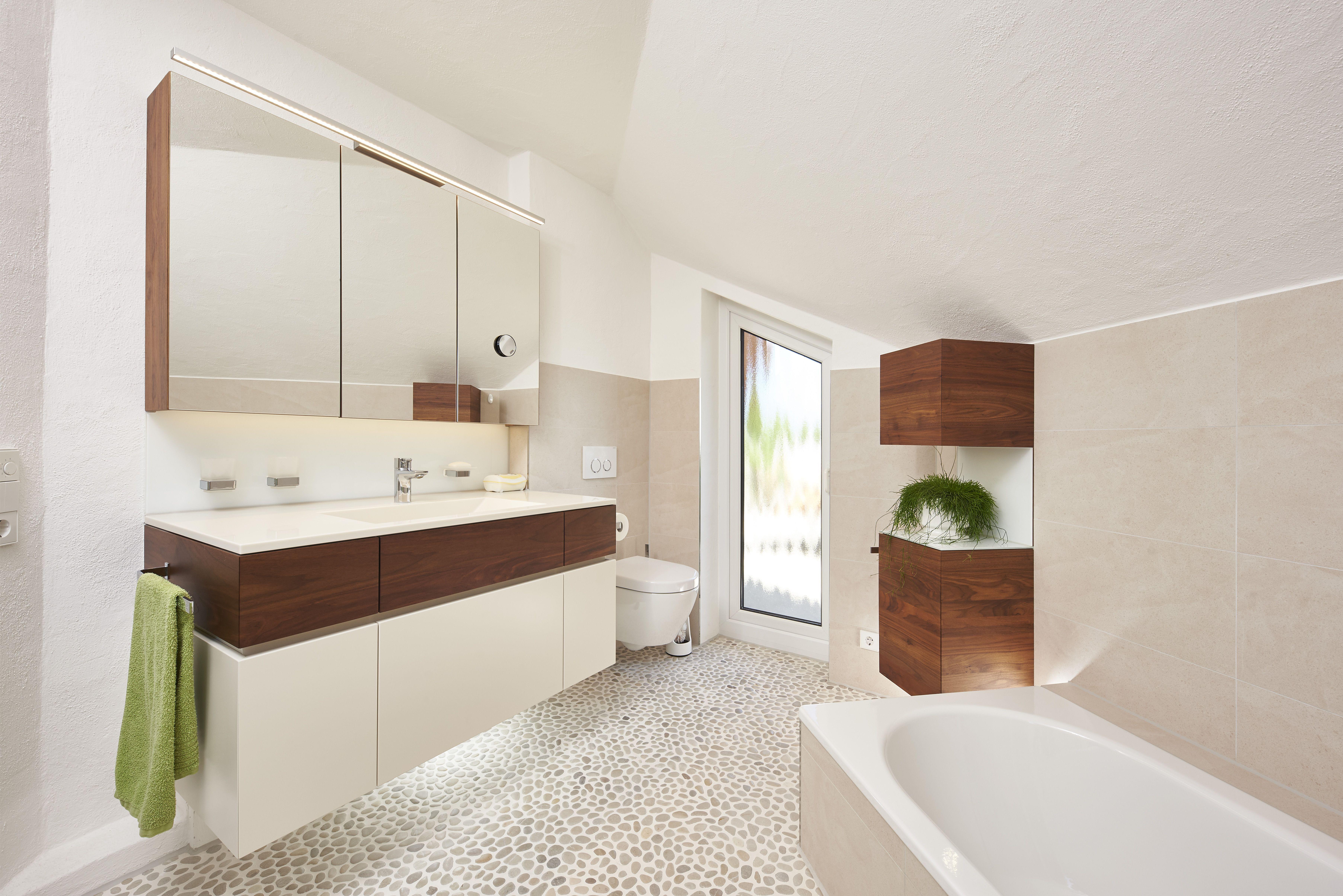 Dieses Bad mit fugenlosem Einlasswaschbecken und