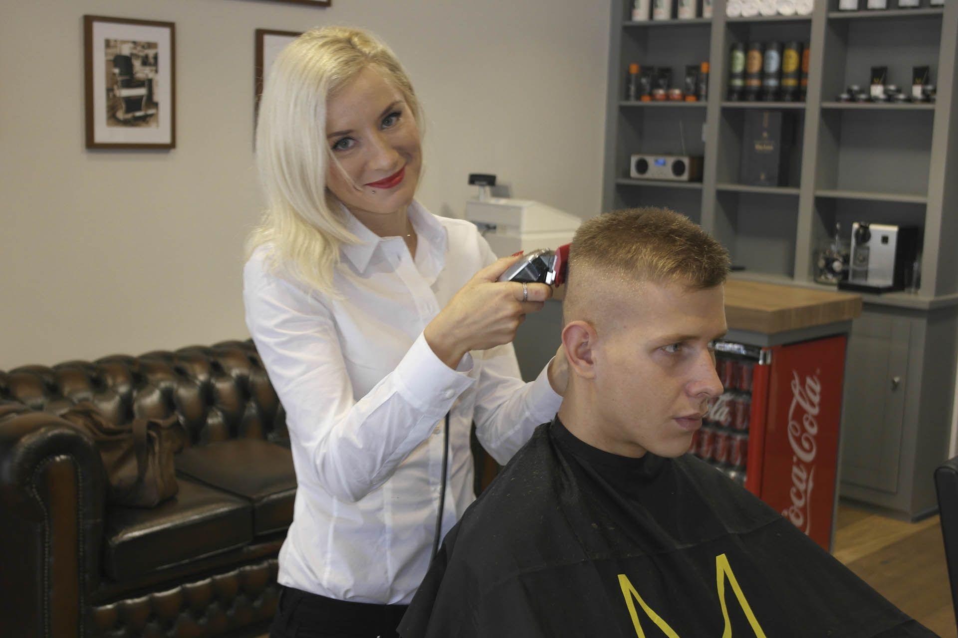 female barber - Hledat Googlem