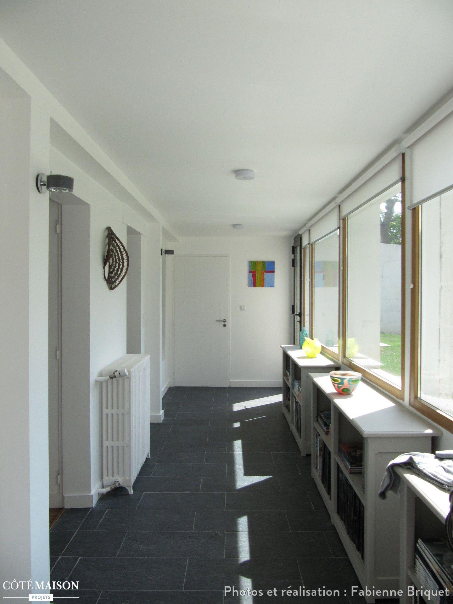 Un couloir blanc lumineux gr ce aux nombreuses fen tres for Salle de bain dans un couloir