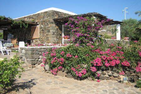 Dai un'occhiata a questo fantastico annuncio su Airbnb: Dammuso Siragusa - Ville in affitto a Pantelleria