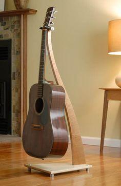 해외)기타스탠더.일렉기타가 아닌 클래식기타를 거는 스탠더이다. 클래식기타는 대부분 나무로 만들어져서 감성적인 아이템으로 쓰일수도 있는데 스탠더도 이와 어울리게 나무로 되어 더욱 감성적이게 보이게한다.