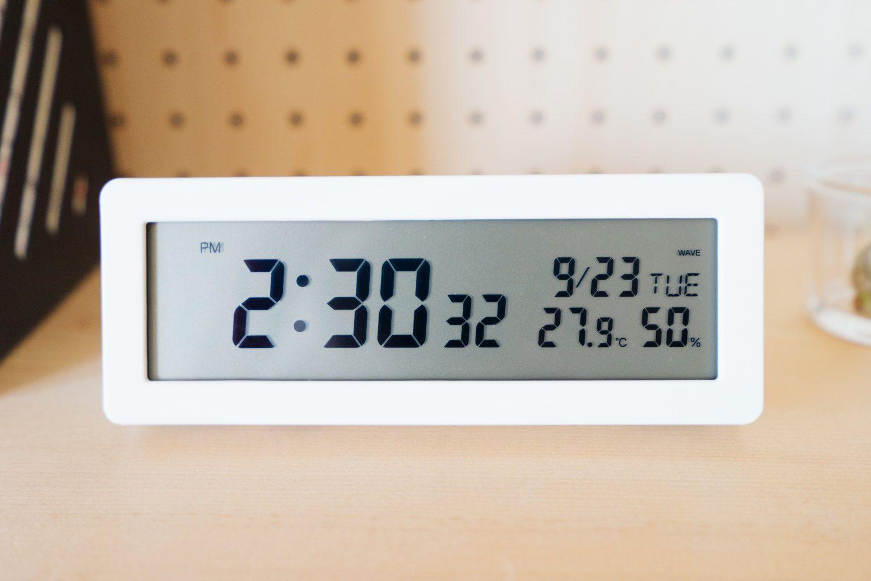 置き時計のある暮らし シンプルで無駄のない無印良品の デジタル電波時計 ガジェットや暮らしのモノ系ブログ トバログ 置き時計 無印 時計 デジタル時計