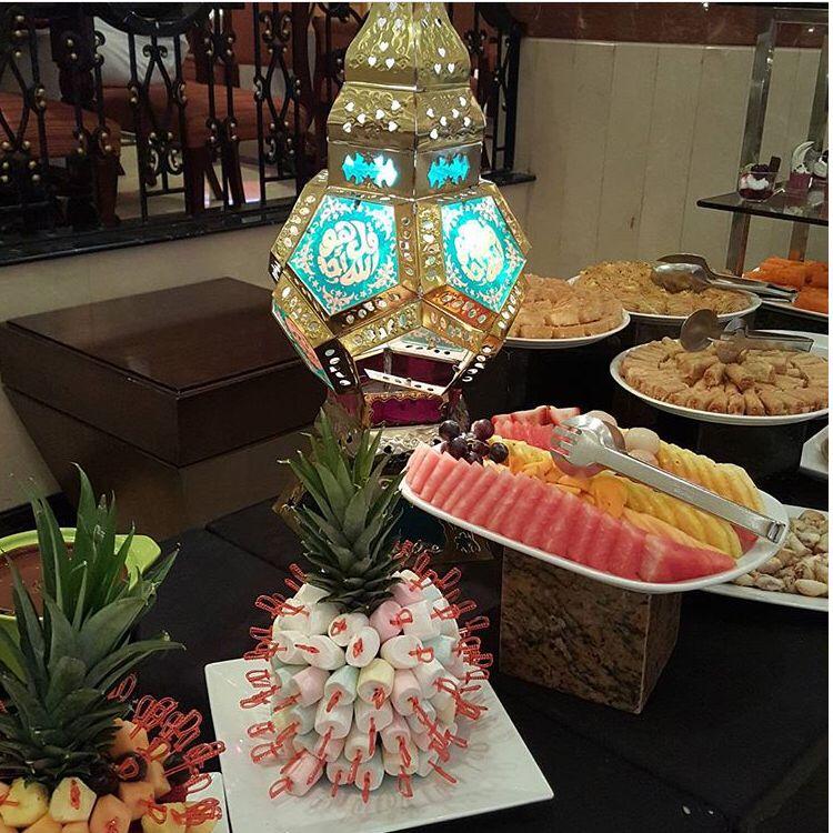 يقدم مطعم الواحة أطباق عالمية من المأكولات اللذيذة عبر بوفيه يومي من غروب الشمس وحتى وقت متأخر للحجز ٠٠٩٧٣١٧٧١٣٠٠٠ Al Waha Table Decorations Decor Home Decor