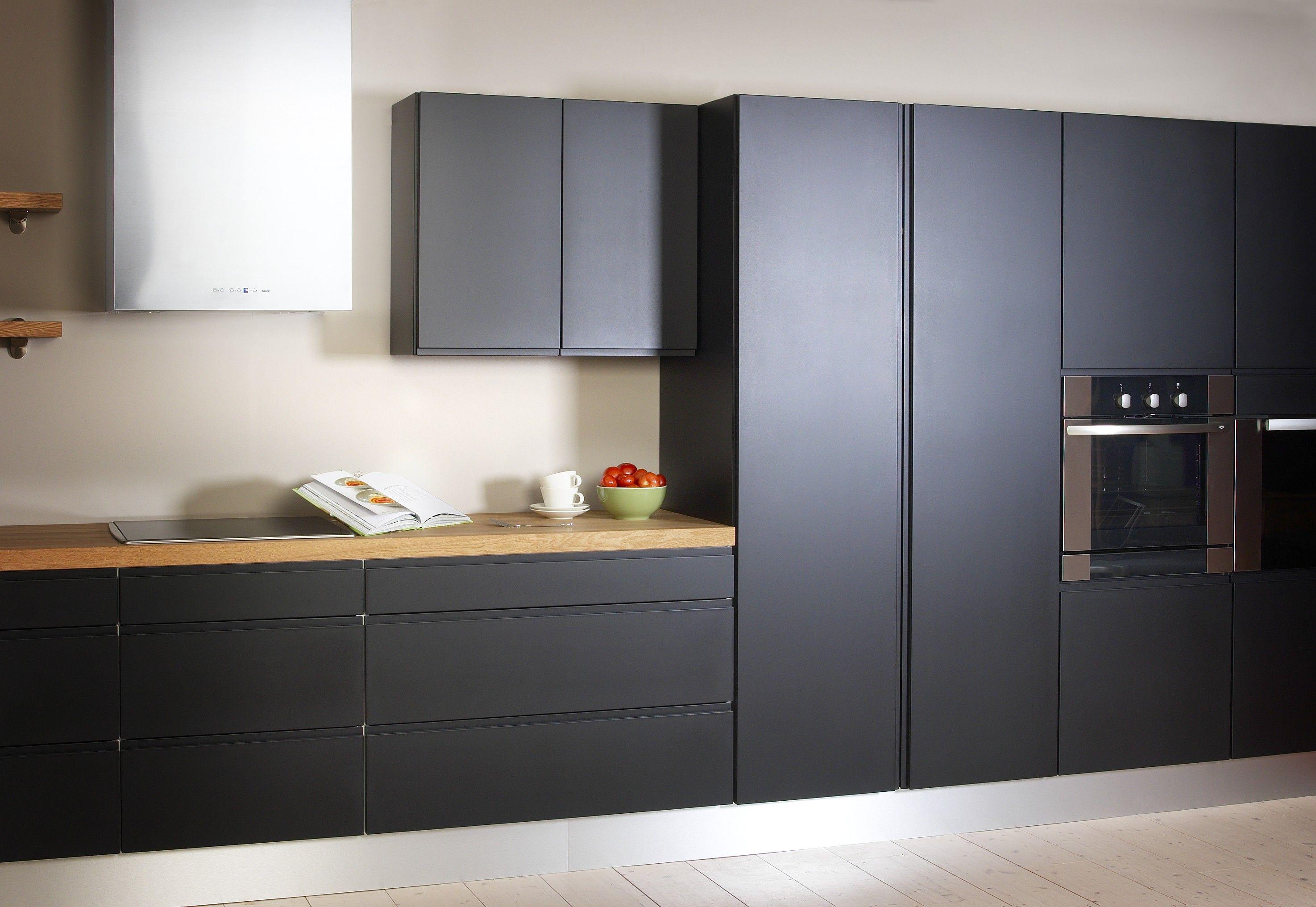 Yhdelle seinustalle rakennettu keittiö Mustat korkeat