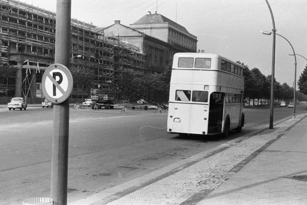 Berlin 1963 Unter den Linden links Ruine des alten Palais