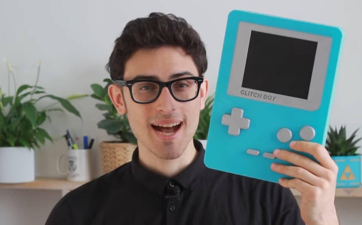 Glitch Boy Dieser riesige Game Boy kommt aus einem