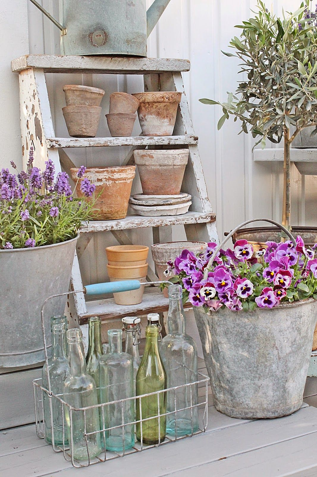 Vintage ladder watering can and buckets with lovely flowers what a beautiful garden vignette - Shabby chic giardino ...