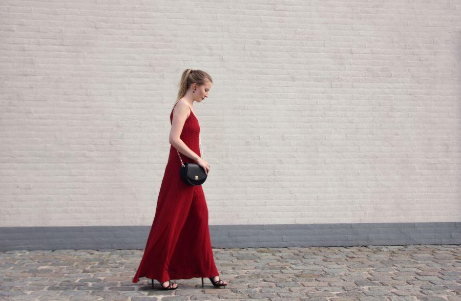 Während die halbe Bloggerwelt auf den FashionWeeks dieser Welt unterwegs ist, verfolge ich alles ganz gespannt über Social Media. Passend zu den tollen Looks mit unfassbaren Kleidern, gibt es heute auch bei mir ein etwas auffälligeres Stück zu sehen.   http://www.mondodellamoda.de/2016/09/outfit-lady-in-red.html