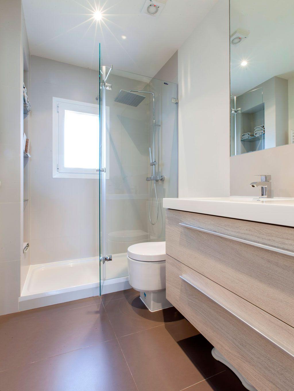 Una vivienda nordic style en Madrid | Ventanas para baño ...