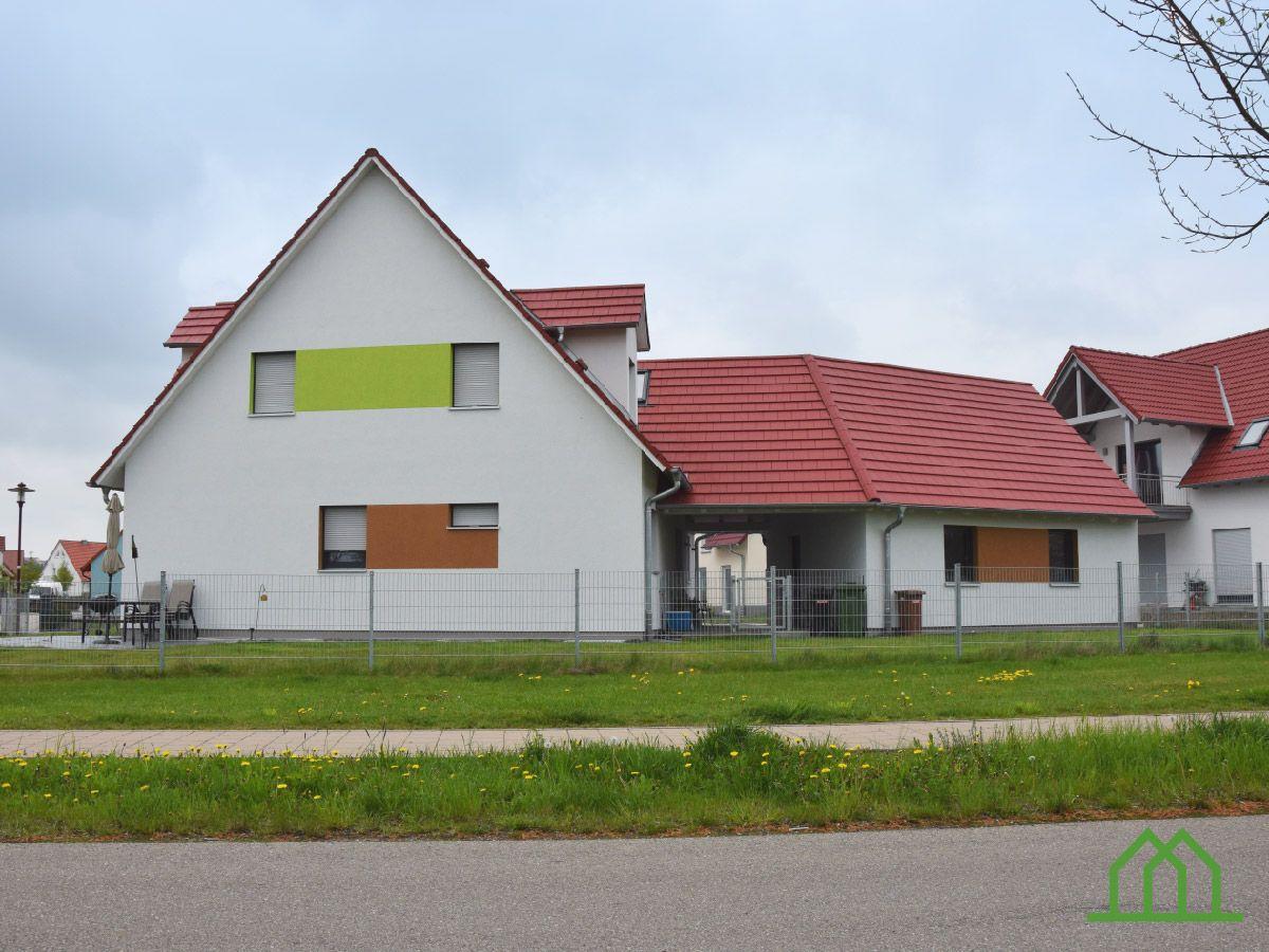 Einfamilienhaus mit doppelgarage satteldach  Klassisches Einfamilienhaus mit Doppelgarage #wirbauenmitholz ...