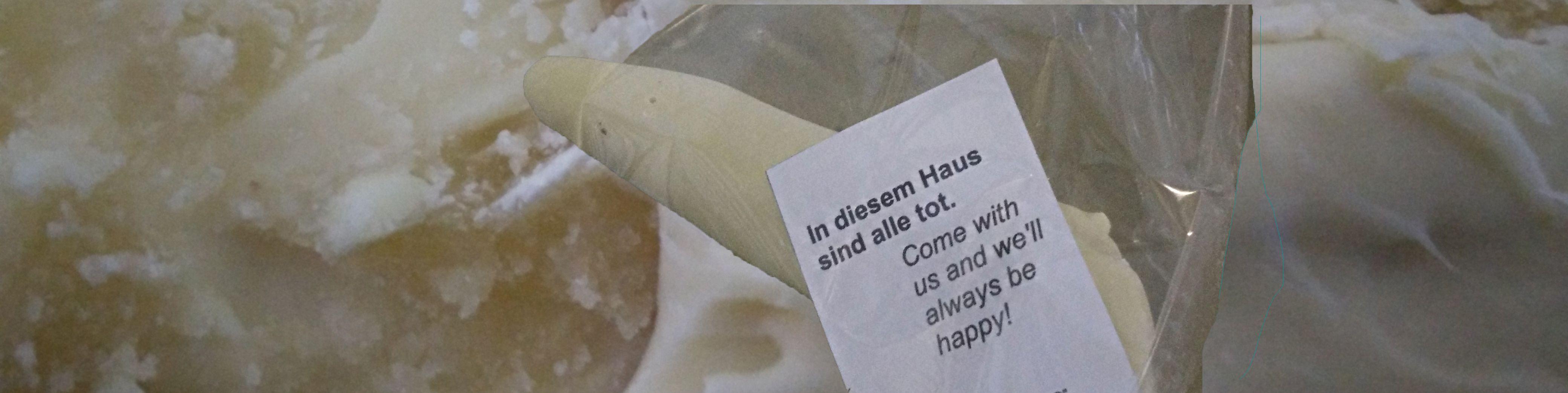 """Mini-Zuckernasen in """"Zucker I - Pinocchio"""" Installation der Künstlergruppe """"bösediva"""" #bösediva #BöseDiva #Performance #Leichenhalle #Wedding #Krematorium #Zucker #Pinocchio #Schokolade #SüßeVerführung #Süßigkeiten #Essen"""