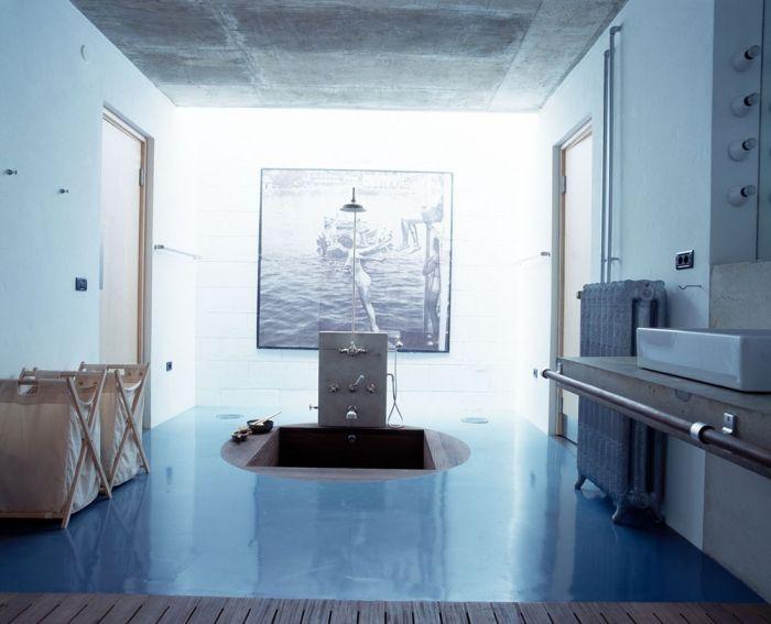weiß-blaues Badezimmer im zeitgenössischen Türkischen Stil