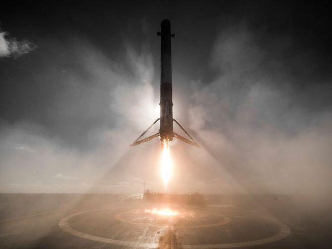 Pasillo o ventanilla? SpaceX llevará a dos civiles a la Luna en 2018 http://ift.tt/2lPYZuZ