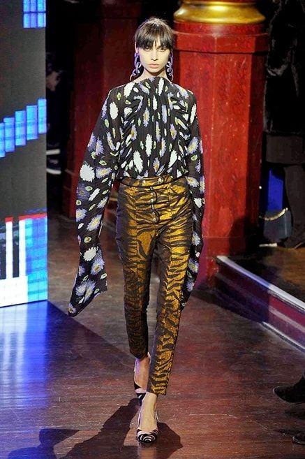 Kenzo -Automne-Hiver 2016-2017  Chemisier noir motifs blancs sur pantalon sept-huitième doré effet léopard.